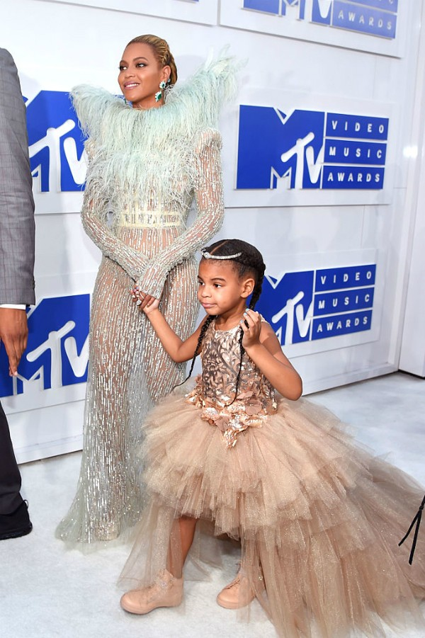 Beyoncé desfila pelo red carpet com a filha Blue Ivy (Foto: Getty Images)