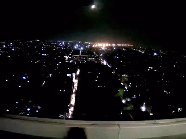 Imagem mostra passagem de meteorito no México durante a madrugada (Foto: Reprodução/webcamsdemexico.com)