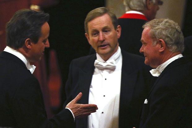 O vice-primeiro-ministro da Irlanda do Norte, Martin McGuinness, ex-líder do IRA e ex-inimigo público número 1 da Inglaterra, conversa com o premiê britânico, David Cameron, e com o premiê irlandês, Enda Kenny,  em banquete oferecido pela Rainha Elizabeth II (Foto: Dan Kitwood/Reuters)