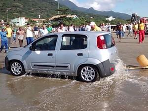 Veículo foi removido do mar com auxílio de guincho (Foto: Edilson Almeira / Arquivo Pessoal)