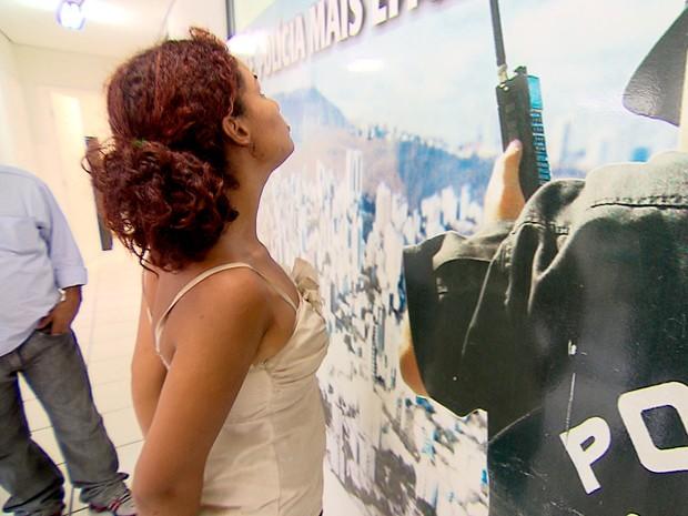 Mulher é presa após tentar roubar taxista em Nova Lima, na Grande BH (Foto: Reprodução/ TV Globo)