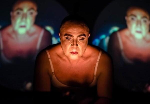 Fause interpreta na peça transformista inspirado na avó, uma diva hollywoodiana dos anos 1930 (Foto: Caio Gallucci)