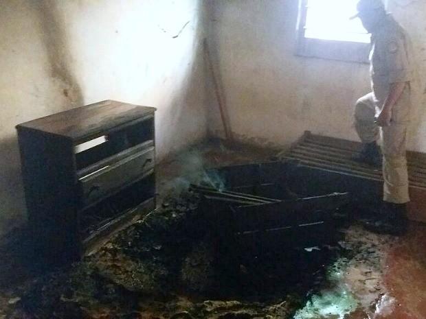 Chamas atingiram um quarto do imóvel  (Foto: Divulgação/Corpo de Bombeiros)