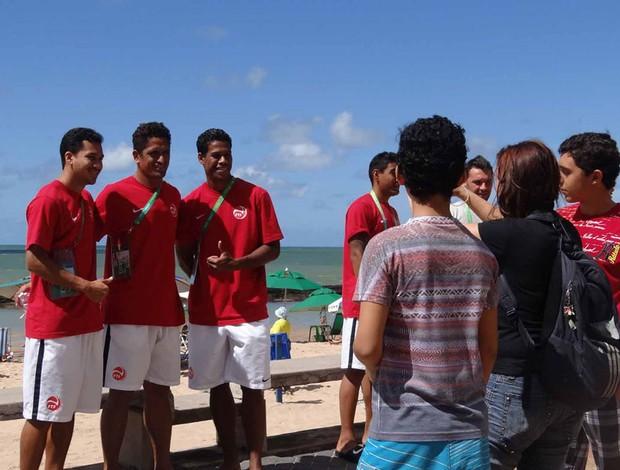 jogadores taiti praia recife (Foto: Daniel Gomes)