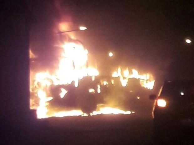 Criminosos incendeiam ônibus do transporte coletivo em São Luís (Foto: Reprodução/G1 MA)
