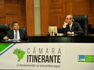 O presidente da ALMT, deputado estadual Guilherme Maluf (PSDB), e o presidente da Câmara dos Deputados, deputado federal Eduardo Cunha (PMDB-RJ), em sessão itinerante em Cuiabá. (Foto: Renê Dióz / G1)