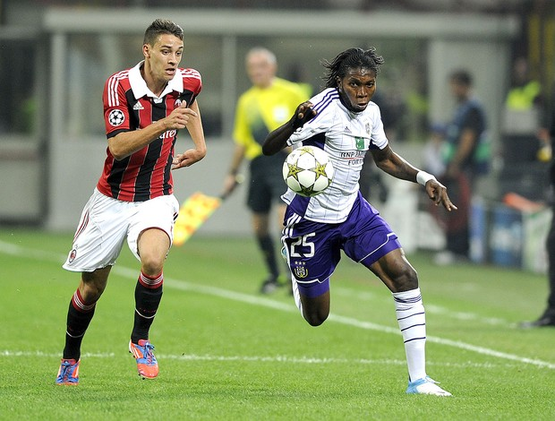 Mattia De Sciglio e Dieudonne Mbokani, Milan x Anderlecht (Foto: Ag&#234;ncia Getty Images)