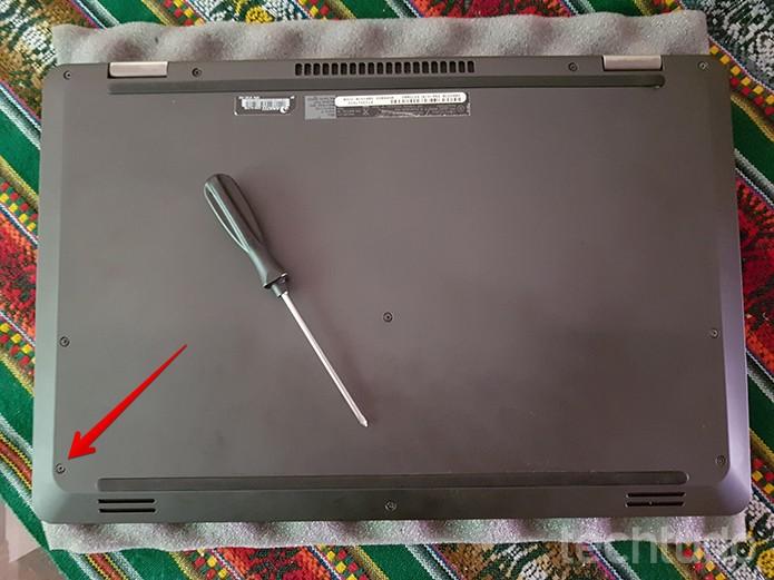 Pode ser necessário remover a tampa do seu notebook. Se for o caso, desparafuse-a (Foto: Filipe Garrett/TechTudo)