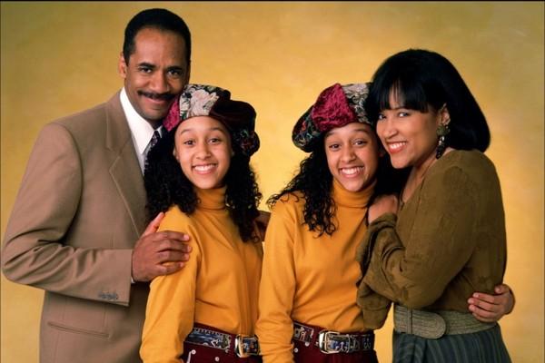 As irmãs Tia e Tamera Mowry com seus pais no elenco de Irmãs ao Quadrado (Foto: Reprodução)