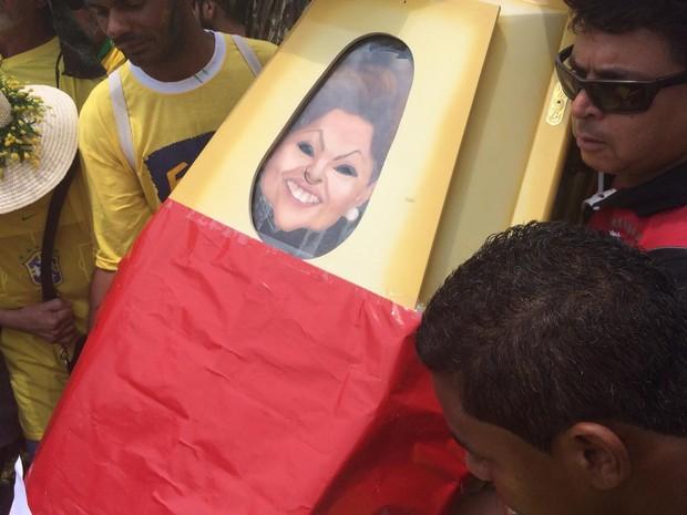 Caixão usado para enterro simbólico da presidente Dilma Rousseff em protesto em Brasília (Foto: Filipe Matoso/G1)