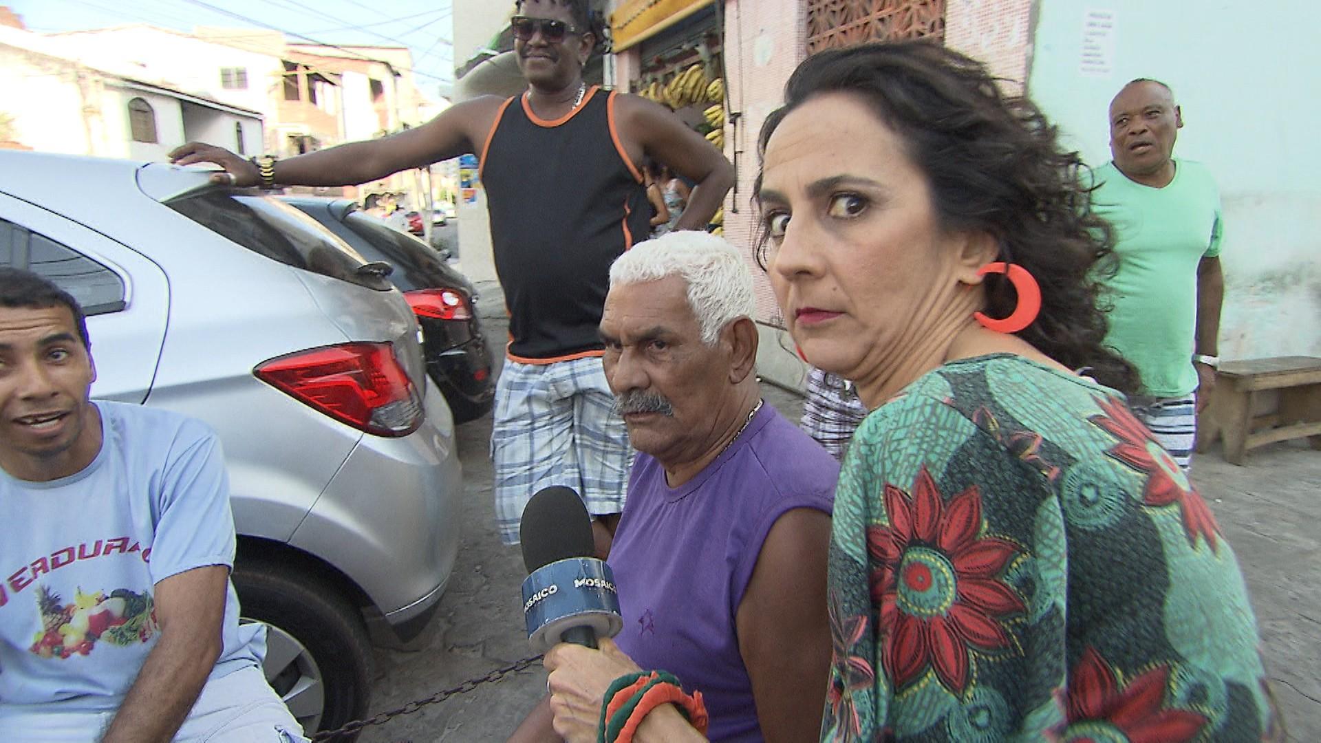 No 'Mapas', Maria Menezes entrevista os moradores do Engenho Velho da Federação (Foto: Divulgação)