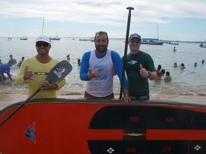 Bruce Kamonk com esportistas do Clube Aprendendo com o Mar (Foto: Denise Paixão/G1)