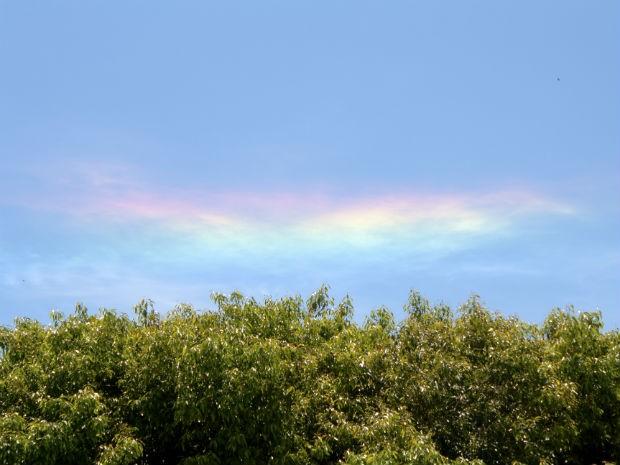'Nuvem colorida' apareceu em Tibagi, no Paraná, na terça-feira (29) (Foto: Christian Camargo/Arquivo Pessoal)