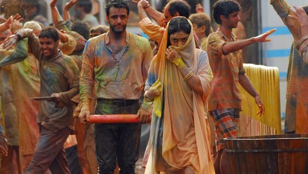 Ao procurar por Manu, Kochi e Komal, Maya se depara com Raj na tradicional festa Holy (Foto: CEDOC Globo)
