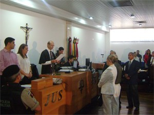 Juiz proferiu a sentença, absolvendo os réus (Foto: Taiguara Rangel/G1)