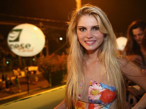 Barabara Evans diz que está solteira e se diverte em camarote do Pré-Caju (Foto: Fernnando Correia/G1)