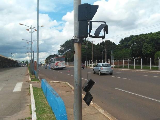 Veículos avançaram sobre semáforo, que ficou danificado (Foto: Osvaldo Nóbrega/TV Morena)