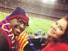 Fernanda Souza e Thiaguinho torcem para Neymar em jogo do Barcelona
