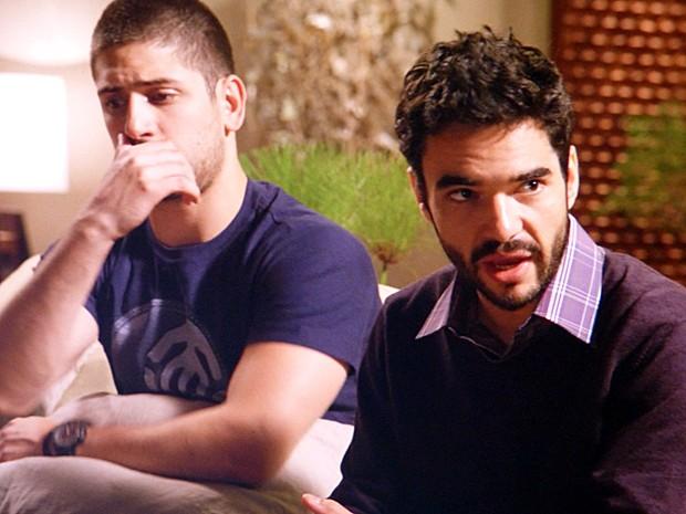 José Pedro tenta convencer Maria Clara a trair o pai (Foto: TV Globo)
