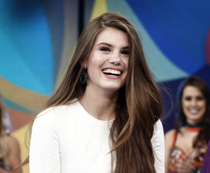 Camila Queiroz mostra seu lindo sorriso no palco do Domingão (Foto: Inácio Moraes / Gshow)