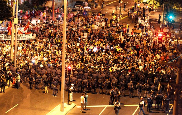 protesto Maracanã manifestação confronto polícia (Foto: Domingos Peixoto / Agência O Globo)
