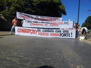 Manifestantes dão apoio ao trabalho da Polícia Federal na porta da delegacia de Montes Claros (Foto: internauta / VC no G1)
