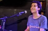 George Sauma mostra habilidade nos teclados e fala de relação com a música: 'Me realiza como artista'