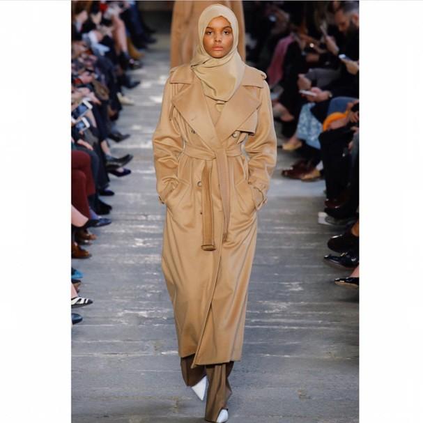 Halima Aden cruza a passarela pela grife Max Mara (Foto: Reprodução Instagram)