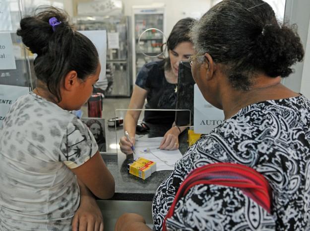 Pacientes buscam medicamentos em Farmácia de Alto Custo em Ceilândia, Distrito Federal (Foto: Gabriel Jabur/Agência Brasília)
