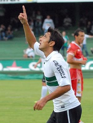 Robinho comemora os dois gols que fez para o Coritiba contra o Paranavaí (Foto: Divulgação / Site oficial do Coritiba)