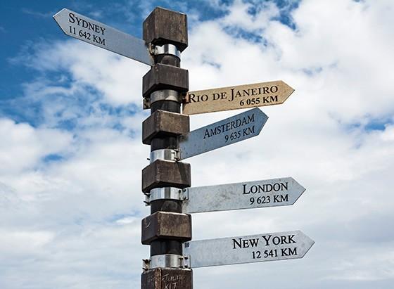 Do alto do antigo farol, um poste recebe placas de sinalização de distâncias à Austrália, ao Brasil, à cidades da Europa e à Nova York (Foto: © Haroldo Castro/Época)