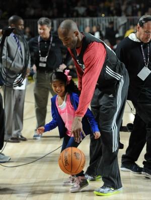 Kobe Bryant e filha no treino para o All-Star Game da NBA (Foto: AFP)
