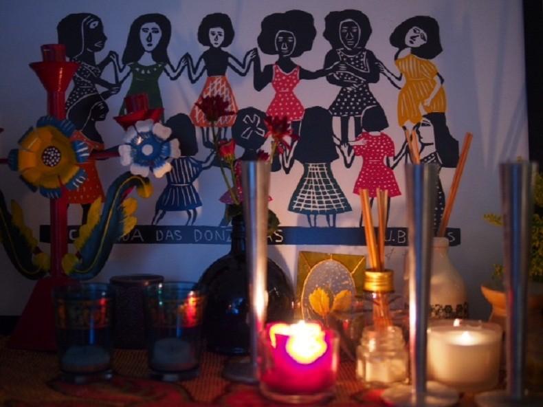 Detalhe da decoração para a inauguração da Casa, feita 'no improviso', com o que os integrantes tinham em suas residências (Foto: Tel Amiel / Flickr Casa de Lua)