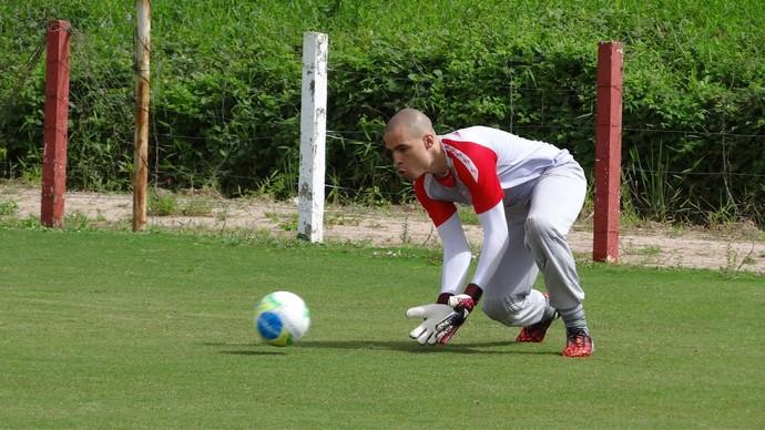 Goleiro Júlio César treina no Náutico (Foto: Daniel Gomes/Globo Esporte.com)