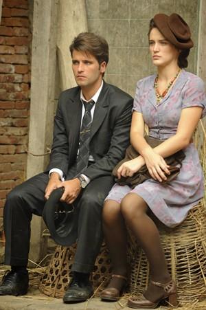 Bruno Gagliasso e Bianca Bin, em cena gravada no Nepal (Foto: Renato Rocha Miranda/Globo)