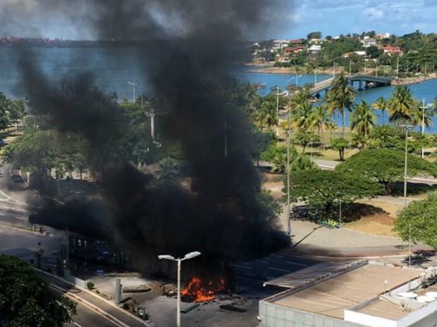 ^Carro pega fogo após bater em posto de gasolina (Foto: VC no ESTV)