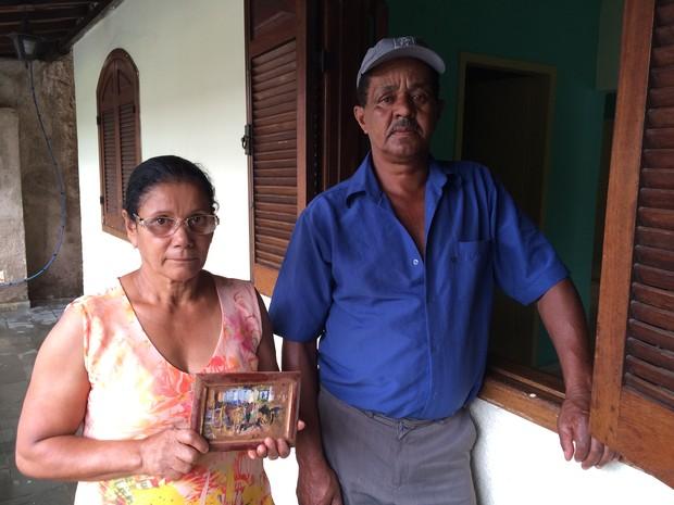 Família segura foto encontrada em Bento Rodrigues (Foto: Flávia Mantovani/G1)