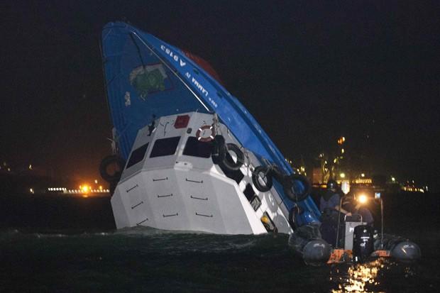 Equipes de resgate fazem buscas em embarcação parcialmente submersa em Hong Kong (Foto: Tyrone Siu / Reuters)