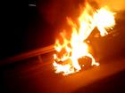 Carro pega fogo após pane elétrica  na via Dutra em São José, SP