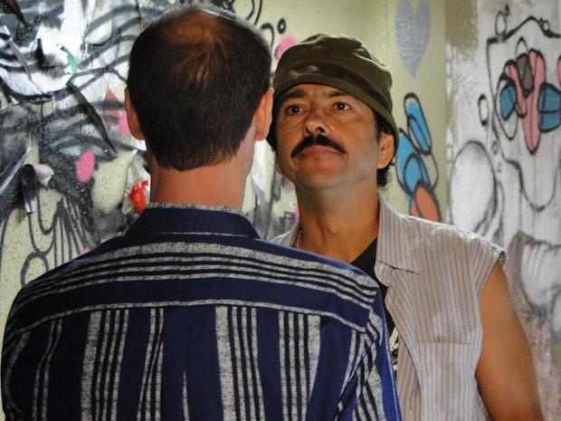 Agiota volta disposto a acertar as contas com Sandro (Foto: Cheias de Charme / TV Globo)
