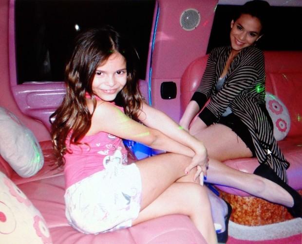 Bruna Marquezine, já adolescente, posando com a irmãzinha Luana (Foto: TV Globo)