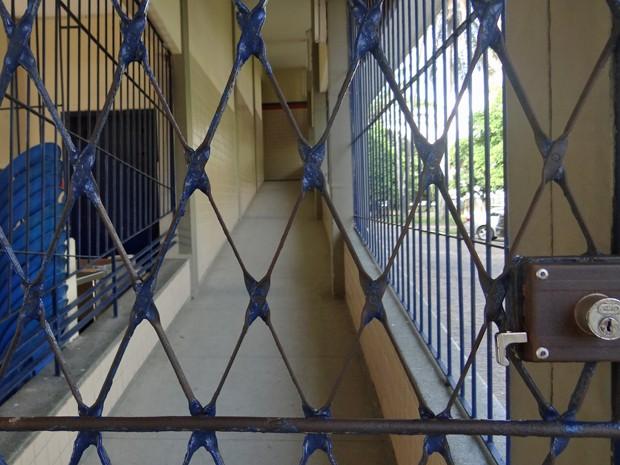 Na Escola Sizenando Silveira, portões fechados e nenhuma aula. (Foto: Penélope Araújo/G1)
