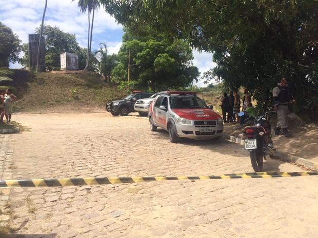 Área onde ocorreu a chacina, no sítio em Guaxuma, foi isolada pela PM (Foto: Michelle Farias/G1)