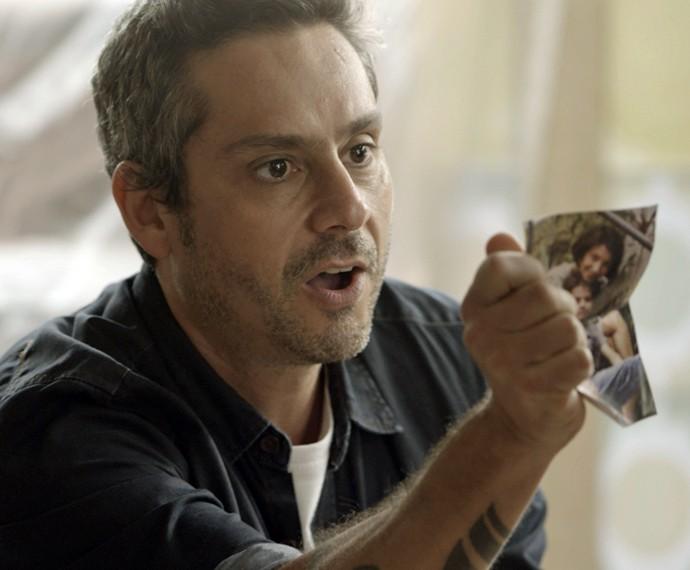 Romero diz ser filho de Djanira e mostra sua foto quando ainda era criança com a mãe (Foto: TV Globo)
