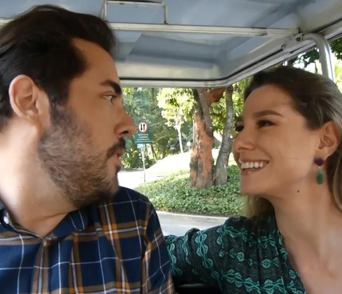 Fernando Ceylão e Lavínia Vlasak conversam em passeio pelos Estúdios Globo (Foto: Renata Viot/Gshow)