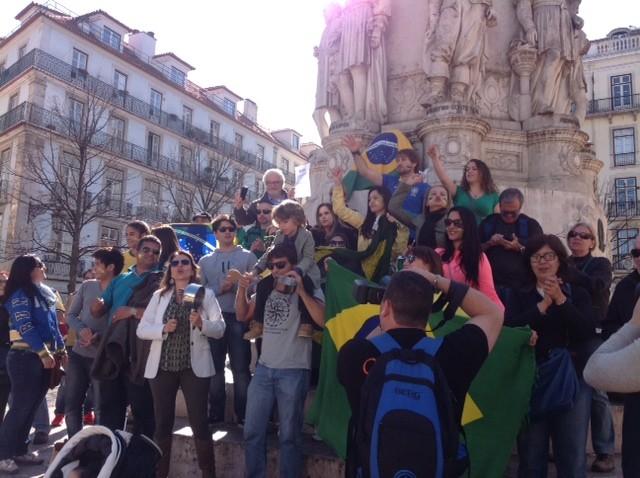 Manifestantes concentram-se em ponto turístico de Lisboa em protesto contra a corrupção e o governo, neste domingo (15) (Foto: André Luiz Azevedo/G1)