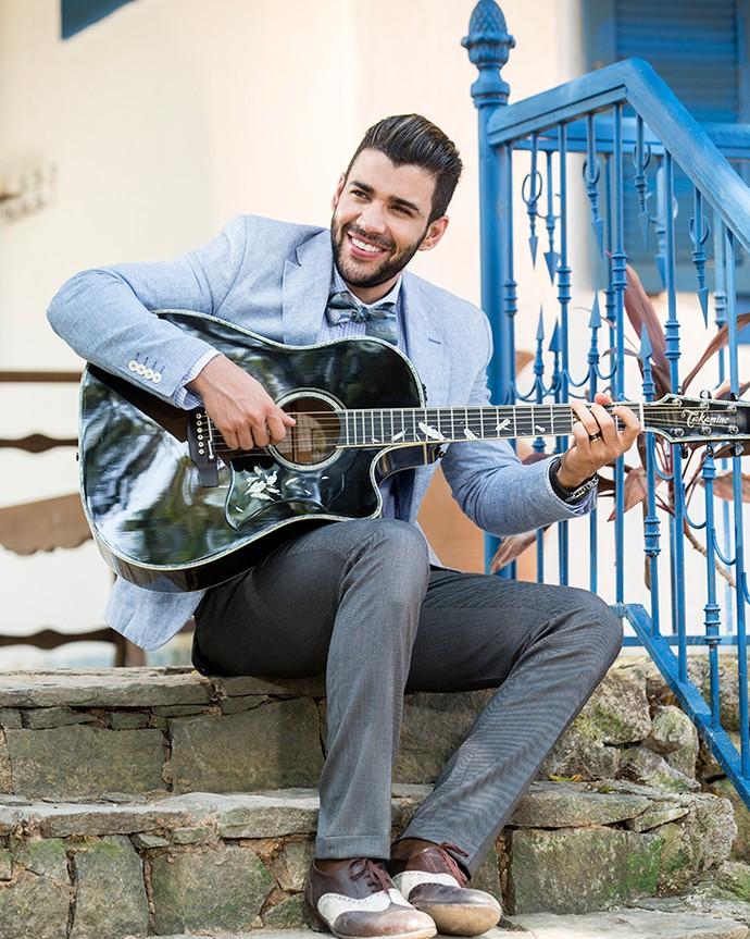 Gusttavo Lima lembra que ganhou o primeiro violão do pai, aos 5 anos. Ainda tenho o violão (Foto: Felipe Monteiro/Gshow)