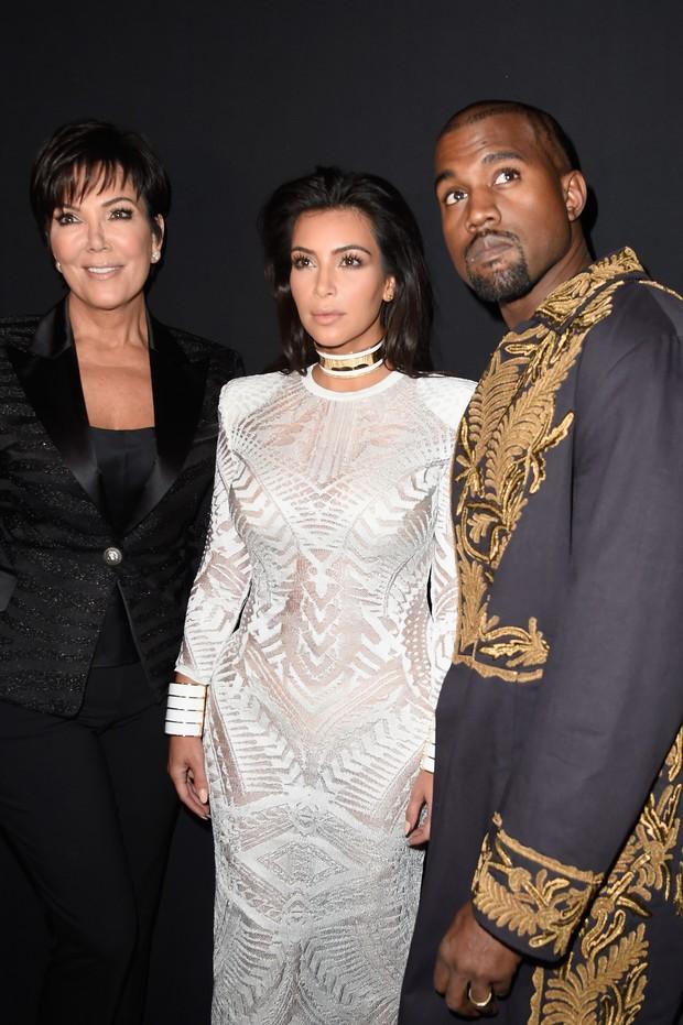 Kris Jenner, Kim Kardashian e Kanye West assistem ao desfile da Balmain na semana de moda de Paris (Foto: Getty Images)