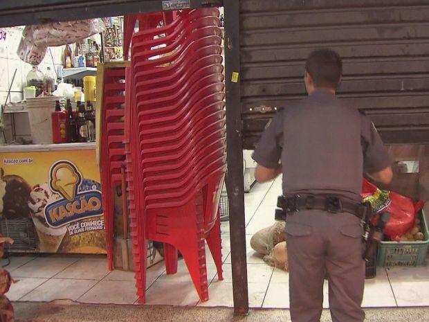 Vítima e policial assistiam partida de futebol em bar (Foto: Reprodução/TV Tribuna)