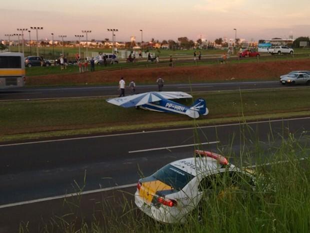 Avião fez um pouso no canteiro central da rodovia (Foto: Divulgação)